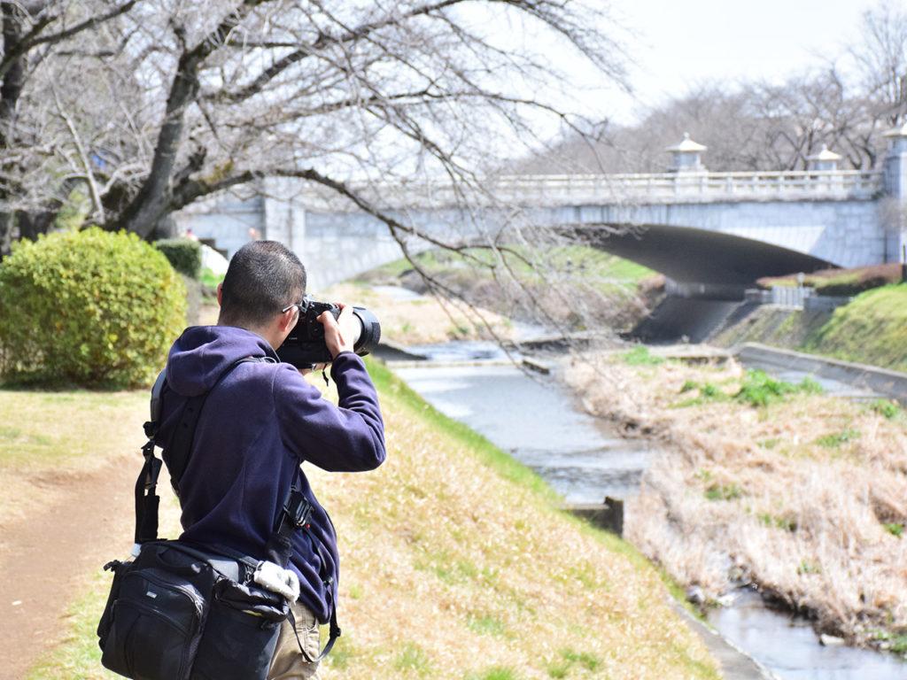 川辺にカメラを向ける